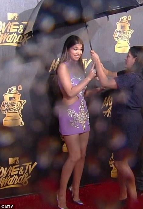 Thảm đỏ MTV Movie & TV Awards: Cara khoe đầu trọc, các sao tạo dáng khó khăn vì mưa đá - Ảnh 5.