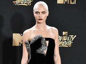 Thảm đỏ MTV Movie & TV Awards: Cara khoe đầu trọc, dàn sao tạo dáng khó khăn vì mưa đá