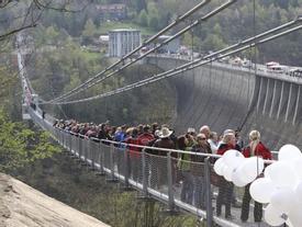 Khánh thành cầu treo bộ hành dài nhất thế giới