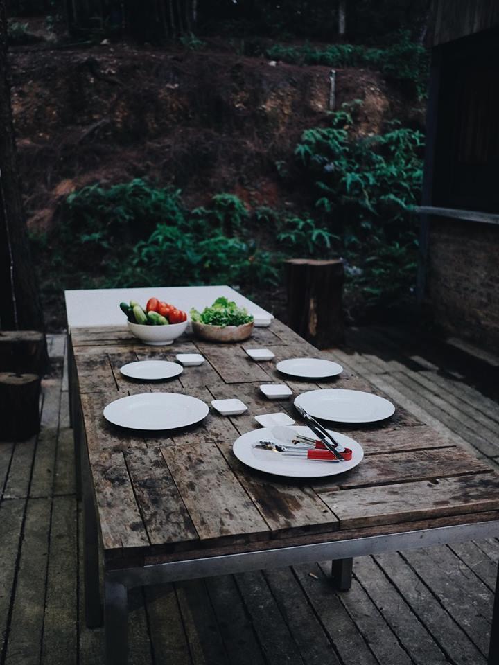 Sân vườn thoáng đãng, thích hợp cho các bữa ăn ngoài trời – Ảnh: sưu tầm