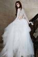 Phần khoét tinh tế ở lưng váy giúp cho cô dâu trở nên xinh đẹp, gợi cảm hơn rất nhiều.