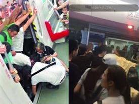 Trung Quốc: Hành khách hợp sức đẩy nghiêng toa tàu giải cứu cụ bà bị kẹt chân