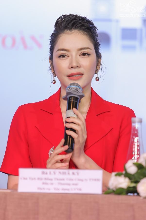 Lý Nhã Kỳ mang hình ảnh Việt Nam treo ở vị trí trang trọng - nơi diễn ra LHP Cannes.