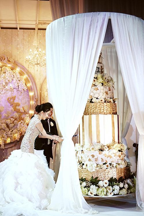 Trong tiệc cưới, các khách mời được phục vụ bởi đặc sản đến từ hai đất nước nổi tiếng về ẩm thực mà cô dâu chú rể yêu thích là Nhật Bản và Trung Quốc