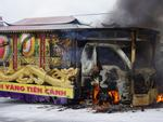 Tin hot trong ngày: Xe tang bốc cháy dữ dội trên quốc lộ 1A, nhiều người hoảng loạn