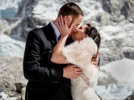 Tổ chức đám cưới trên đường lên đỉnh Everest cao 5.000 mét