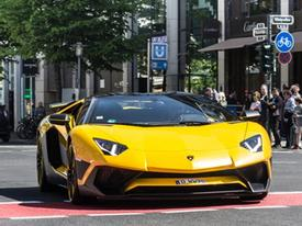 Đã mắt bộ áo 2 màu của siêu xe Lamborghini Aventador SV mui trần hàng hiếm