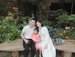 Mang bầu 5 tháng, Huyền Baby xinh lung linh khi du lịch cùng chồng