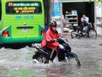 Hà Nội: Cả loạt phố lập tức ngập dưới mưa sầm sập