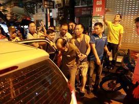 Cảnh sát vây ráp nghi can đâm người rồi cố thủ trong nhà