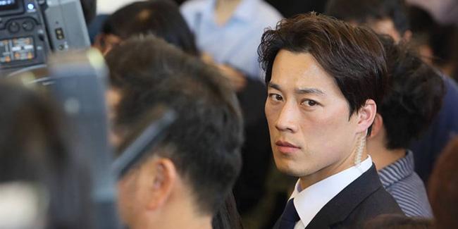 Vệ sĩ đẹp trai như tài tử của tân Tổng thống Hàn Quốc khiến dân mạng đứng ngồi không yên - Ảnh 3.
