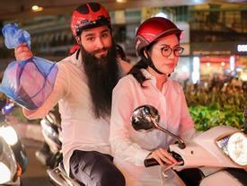 Đạo diễn Kong đi xe máy phát cơm cho người vô gia cư lúc nửa đêm