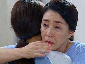 Con dâu thành phố lần đầu về quê chồng, lúc ra về cứ ôm mẹ chồng mà khóc nấc