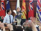Con trai 3 tuổi của thủ tướng Canada bất ngờ nổi tiếng trên mạng