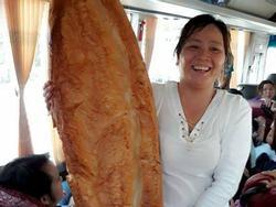 Xôn xao hình ảnh những chiếc bánh mì khổng lồ thu hút người dân ở An Giang