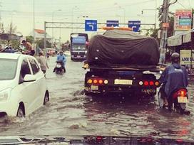 Pagani Huayra 78 tỷ Đồng của Minh 'Nhựa' vượt nước lũ Sài thành trên xe chuyên dụng