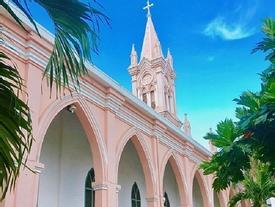 Không chỉ Sài Gòn, Đà Nẵng cũng có nhà thờ màu hồng cho giới trẻ tha hồ check in 'sống ảo'
