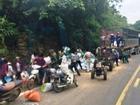 Phẫn nộ cảnh người dân mang cả công nông đi 'hôi của' sau tai nạn làm chết 2 người