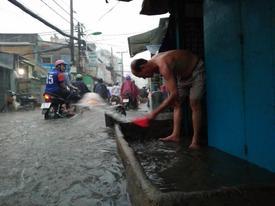 Hàng loạt tuyến đường ở Sài Gòn bị ngập trong cơn mưa lớn