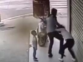 Chồng đánh đập vợ dã man ngay trước mặt con nhỏ gây bức xúc