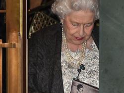 Giải mã hình ảnh người phụ nữ bí ẩn in trên chiếc ví của Nữ hoàng Anh
