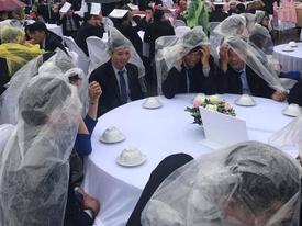Đám cưới có 1-0-2: Toàn bộ khách trùm áo mưa, cầm ô ngồi ngoài trời ăn tiệc