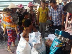Người cha có 2 con bại não bất ngờ phát gạo từ thiện cho người dân nghèo ở xung quanh