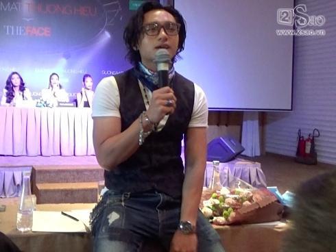 Hữu Vi bị chỉ trích khi ngồi hẳn lên bàn trả lời phỏng vấn