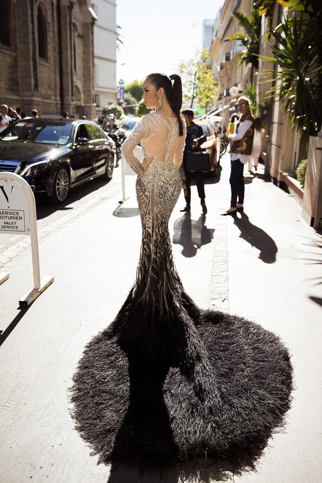 Diện thiết kế Việt, Lý Nhã Kỳ xuất sắc hóa Nữ hoàng Cleopatra trên thảm đỏ LHP Cannes ngày 4 - Ảnh 1.