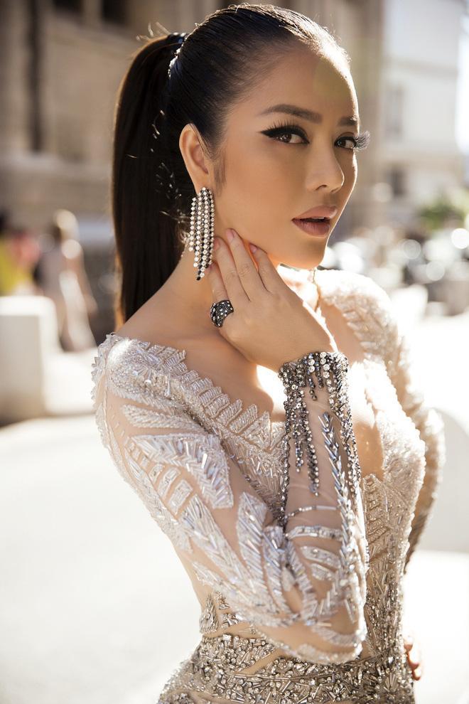 Diện thiết kế Việt, Lý Nhã Kỳ xuất sắc hóa Nữ hoàng Cleopatra trên thảm đỏ LHP Cannes ngày 4 - Ảnh 5.