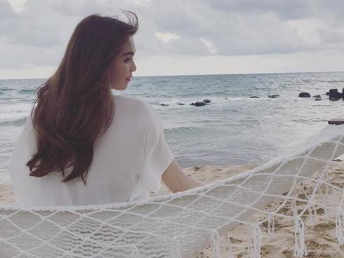 Facebook 24h: Ngọc Trinh tự nhủ 'phụ nữ hãy yêu hết mình và lãng quên thật nhanh'