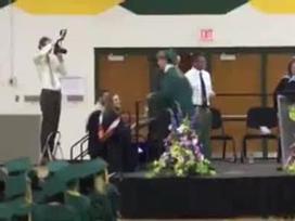 Clip hài: Những pha 'sảy chân' trong ngày tốt nghiệp