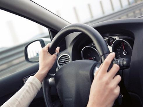 Cách đặt tay trên vô lăng khi lái xe tiết lộ bí mật của bạn