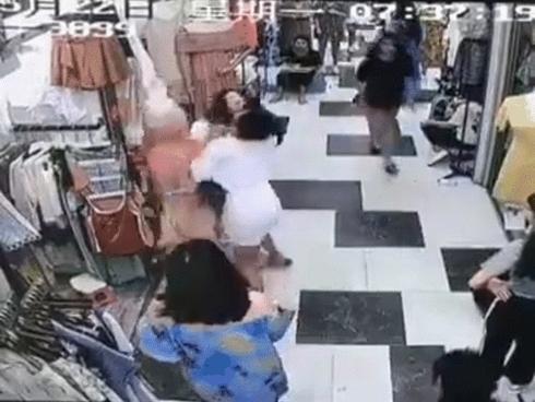 Trung Quốc: Tranh giành địa bàn, 2 hot girl bán hàng lao vào đánh nhau tan tác