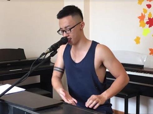 Mặc ba lỗ cover nhạc phim, chàng pianist má lúm đốn tim bao cô gái