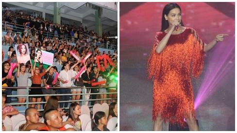 Fan Minh Hằng giơ ảnh thần tượng trước màn biểu diễn của Hồ Ngọc Hà