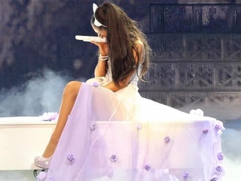 Ariana Grande trở lại Manchester tổ chức concert gây quỹ cho nạn nhân vụ nổ bom