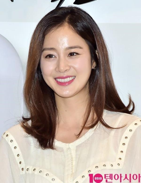 Kim Tae Hee vẫn xinh đẹp dù ăn mặc giản dị giấu bụng bầu