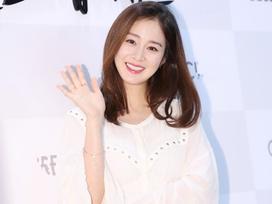Kim Tae Hee vẫn xinh đẹp rạng rỡ dù ăn mặc giản dị giấu bụng bầu