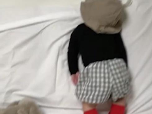 Video: Cậu bé có thể ngủ kể cả khi...đang đứng trên ghế