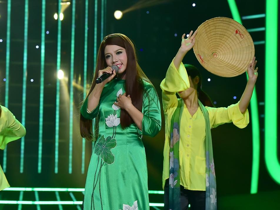 Hoài Linh, Chí Tài khen tới tấp khi cô gái 'vừa ăn vừa hát' quá giống Phi Nhung
