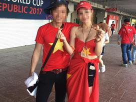 Dân mạng chỉ trích cô gái quấn cờ Tổ quốc ngang hông đi cổ vũ U20 Việt Nam