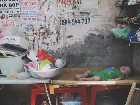 Đứa trẻ ngủ lề đường cùng bố mẹ mưu sinh mỗi ngày gây xôn xao mạng xã hội Việt