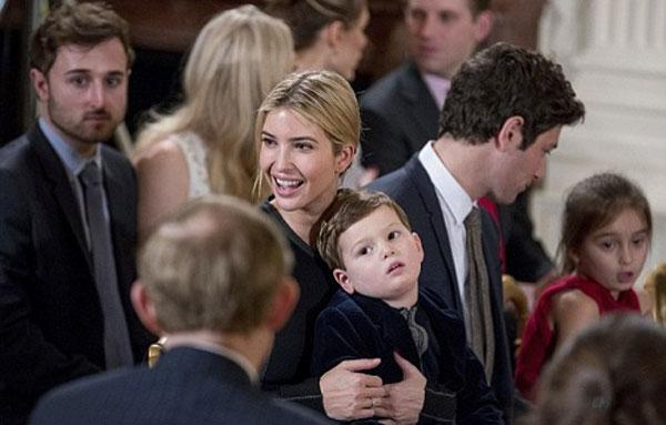 Ivanka Trump giản dị trong lễ Tuyên thệ nhậm chức cố vấn cấp cao của chồng.