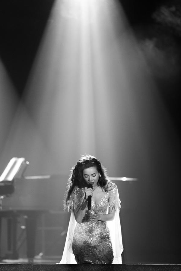 Hồ Ngọc Hà rơi nước mắt ám chỉ chuyện chia tay trong Live Concert 18
