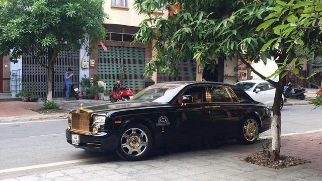 Quảng Ninh: Rolls-Royce Phantom mạ vàng chạy taxi, đổ xăng giữa đường - Ảnh 3.
