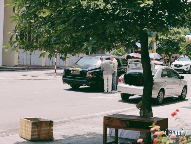 Quảng Ninh: Rolls-Royce Phantom mạ vàng chạy taxi, đổ xăng giữa đường - Ảnh 1.