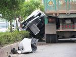 5 người gào thét trong ôtô bị xe ben hất văng ở Sài Gòn