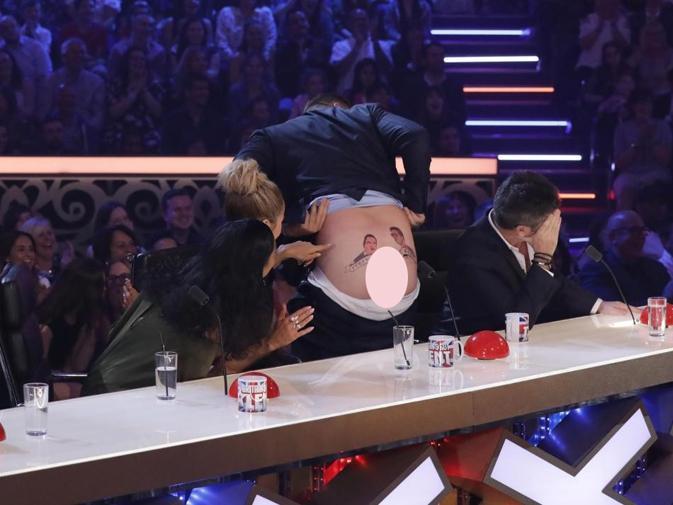 Giám khảo Got Talent tụt quần khoe hình xăm trong chương trình trực tiếp