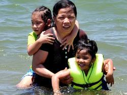 Hàng nghìn người tắm biển giữa trưa cầu may dịp tết Đoan Ngọ